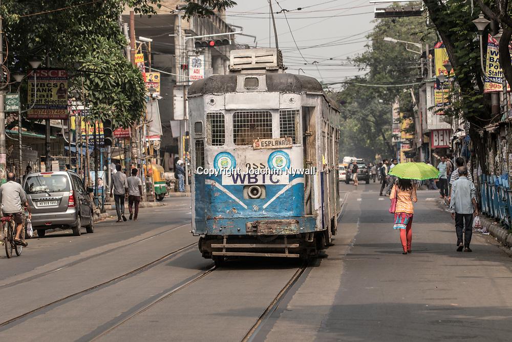 20171029 Kolkata Calcutta Indien<br /> Klassisk spårvagn vid College street<br /> <br /> ----<br /> FOTO : JOACHIM NYWALL KOD 0708840825_1<br /> COPYRIGHT JOACHIM NYWALL<br /> <br /> ***BETALBILD***<br /> Redovisas till <br /> NYWALL MEDIA AB<br /> Strandgatan 30<br /> 461 31 Trollhättan<br /> Prislista enl BLF , om inget annat avtalas.