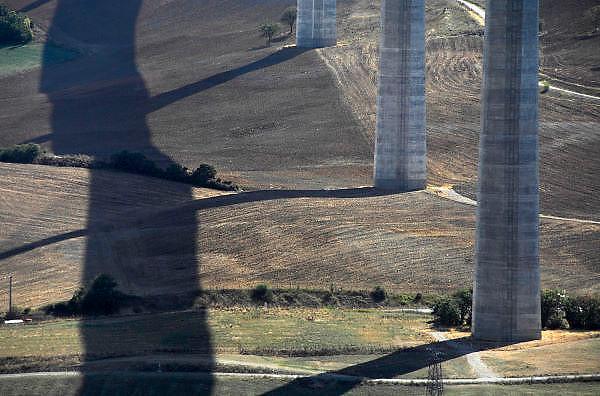 Frankrijk, Millau, 20-9-2008Het viaduct van Millau overspant het dal waar de rivier de Tarn doorheen loopt. Het verkeer hoeft niet meer door de stad te rijden. Het is een archtectonisch en technisch hoogstandje met pijlers hoger dan de Eiffeltoren en met een lengte van 2,5 kilometer.The viaduct of Millau spans the valley of the Tarn river runs through it. The traffic does not need anymore to drive through the city. It is a archtectonical and technical achievement, with pillars higher than the Eiffel Tower and a length of 2.5 kilometers. Ontwerp van Norman Foster.Foto: Flip Franssen