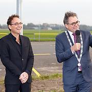 NLD/Katwijk/20151030 - 5 Jarig jubileumvoostelling musical Soldaat van Oranje, Burgemeester Jos Wienen van Katwijk reikt de erepenning uit aan Fred Boot