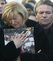GYOER/HUNGRIA-27 JANEIRO: Benfica's Hungarian striker MIKLOS FEHER relatives (L to R) mother Aniko, father Miklos Feher watch his coffin being buried during his funeral in Gyor January 27, 2004. The player collapsed, during a Portuguese league match on Sunday.<br />(PHOTO BY:AFCD/GERARDO SANTOS)