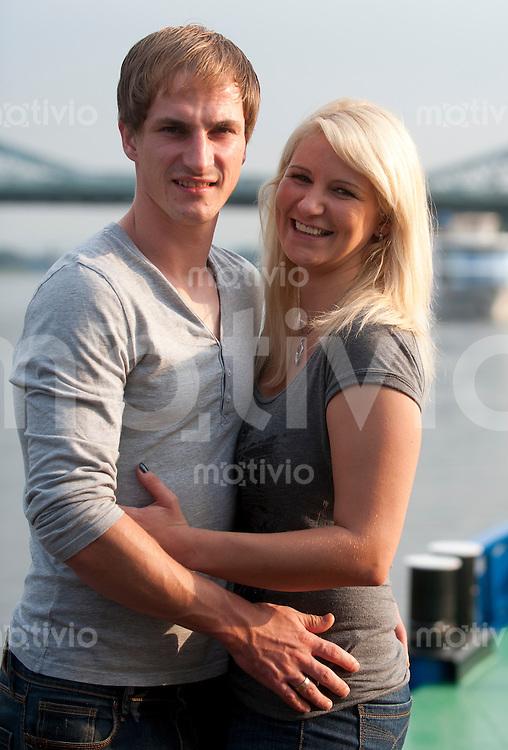 Dampferfahrt mit der SG Dynamo Dresden, Dienstag (27.09.11) David Solga  mit Ehefrau Jessica (li.).