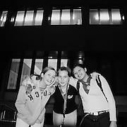 """Drei Freundinnen vor dem Internat Guglera, Rechthalten. Trois amies devant l'internat de la """"Gouglera"""", Tirlaret. © Romano P. Riedo"""
