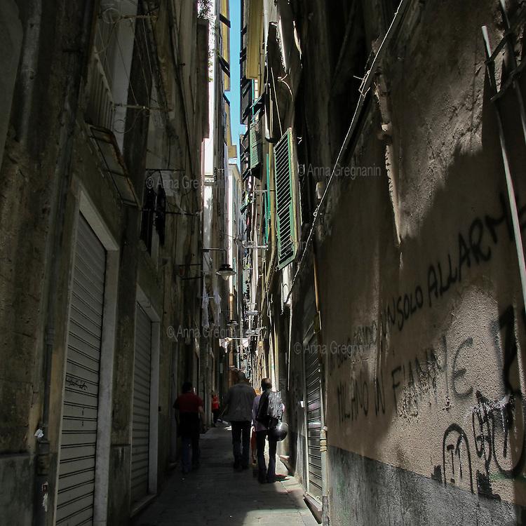 Uno dei tanti carrugi nel centro storico di Genova.  One of the many alleyways in the historic center of Genoa