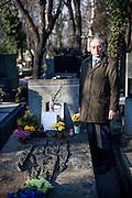 Jakub Trojan am Grab von Jan Palach. Trojan war der frühere Dekan der evangelisch-theologischen Fakultät der Karls-Universität in Prag.