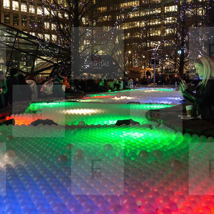 L'annuale edizione del festival delle luci a Canary Wharf, una mostra all'aperto di installazioni luminose. Pool of Light<br /> <br /> The yearly edition of the lights festival in Canary Wharf, an open-air exhibition of light installations. Pool of Light