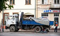 03.07.2014 Suwalki woj podlaskie N/z naprawa zepsutej ciezarowki na ulicy fot Michal Kosc / AGENCJA WSCHOD