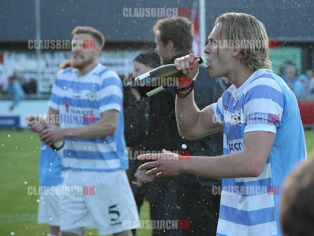 FODBOLD: Martin Koch drikker champagne efter kampen i 2. Division Øst mellem FC Helsingør og Holbæk BI den 3. juni 2015 på Helsingør Stadion. Foto: Claus Birch