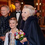 NLD/Amsterdam/20181119 - Beatrix bij 21e Nederlands Balletgala Dansersfonds '79, aankomst pr. Beatrix en ontbangt een bloemetje