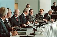 11 JUN 2001, BERLIN/GERMANY:<br /> Manfred Timm, Vorstandssprecher HEW, Gerhard Goll, Vorstandsvors. Energie Baden, Dietmar Kuhnt, Vorstandsvors. RWE AG, Ulrich Hartmann, Vorstandsvorsitzender der E.ON AG, Gerhard Schroeder, SPD, Bundeskanzler, Juergen Trittin, B90/Gruene, Bundesumweltminister, und Werner Mueller, Bundeswirtschaftsminister, (v.L.n.R.) waehrend der Unterzeichnung einer Vereinbarung zwischen der Bundesregierung und den Kernkraftwerksbetreibern zur geordneten Beendigung der Kernenergie, Bundeskanzleramt, Willy-Brand-Strasse<br /> IMAGE: 20010611-03/01-35<br /> KEYWORDS: Energiekonsens, Atomkonsens, Kernkraft, Kernenergie, Konsens, Energieversorgungsunternehmen, Unterschrift, Gerhard Schröder, Jürgen Trittin, Werner Müller