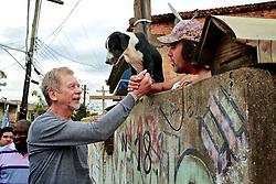 José Fortunati durante caminhada na Lomba do Pinheiro, zona sul da capital. FOTO: Jefferson Bernardes/Preview.com