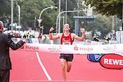 Marathon: Haspa Hamburg 2021, Hamburg, 12.09.2021<br /> Hallbmarathon, Männer, Herren: Jubel von Sieger Carsten Hoenig<br /> © Torsten Helmke
