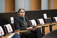 DEU, Deutschland, Germany, Berlin, 02.04.2020: June Tomiak (B90/Die Grünen) bei einer Plenarsitzung Plenarsitzung im Abgeordnetenhaus von Berlin. Aktuelle Stunde zu den wirtschaftlichen und sonstigen finanziellen Hilfen in der Corona-Krise. Um Ansteckungen mit dem Coronavirus zu vermeiden, sitzen die Politiker mit Abstand zueinander.