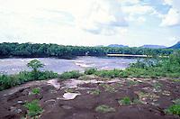 Río Autana con tepuyes en el fondo, Amazonas, Venezuela.