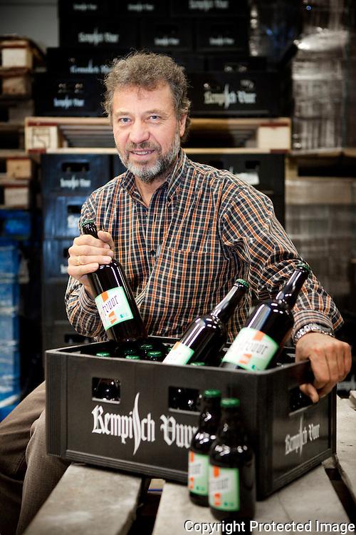 371220-Brouwer, Guy Pirlot met kerstvuur in zijn nieuwe brouwerij-Heistraat 3 Zandhoven