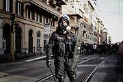 Un carabiniere in assetto antisommossa presidia davanti un gruppo di militanti di Casapound scesi in strada come segno di provocazione nei confronti dei manifestanti. Roma, 19 ottobre 2013. Christian Mantuano / OneShot