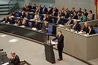 """19.04.1999, Deutschland/Berlin:<br /> Gerhard Schröder, SPD, Bundeskanzler, gibt die Regierungserklärung """"Vollendung der Deutschen Einheit"""" ab, im Hintergrund: Regierungsbank und Präsidium, Eröffnungssitzung des Deutschen Bundestages im Reichstag, Berlin<br /> IMAGE: 19990419-01/05-14<br /> KEYWORDS: Gerhard Schroeder"""