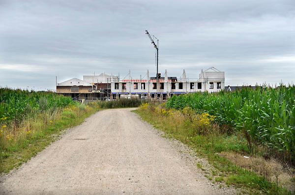 Nederland, Ewijk, 31-7-2012Bouwvakkers zijn bezig met het bouwen van huizen in een voormalig mailsveld aan de rand van het dorp. Door de slechte economische situatie worden veel nieuwbouwplannen gewijzigd of uitgesteld.Foto: Flip Franssen/Hollandse Hoogte