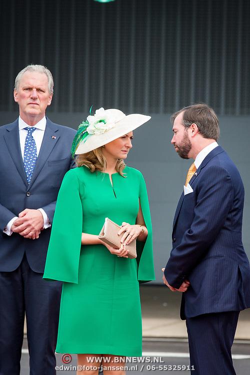 LUX/Luxembug/20180523 - Staatbezoek Luxemburg 2018 dag 1, ambassadeur Schaapveld wachtend Koninklijk paar