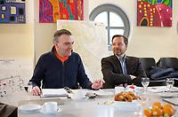DEU, Deutschland, Germany, Berlin, 04.12.2012:<br />Der Geschäftsführer des Fördervereins Gemeinschaftshaus MORUS 14 e.V., Gilles Duhem (L), und der Vorstandsvorsitzende der Wall AG, Daniel Wall (R), bei einem Pressegespräch im Gemeinschaftshaus MORUS 14 im Rollbergkiez in Berlin-Neukölln. Die WALL AG sichert mit einer Spende in mittlerer fünfstelliger Höhe die Fortführung der Arbeit des Vereins MORUS 14 e.V. und steht ihm darüber hinaus in Zukunft als fester Partner zur Seite. MORUS 14 fördert die Bildung von Kindern und Jugendlichen im Bezirk Neukölln.