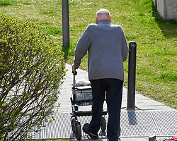 17.03.2020, Innsbruck, AUT, Coronavirus in Österreich, tägliches Leben in der Coronavirus Krise, im Bild ein älter Mann mit einer Gehhilfe // an elderly man with walking support. The Austrian government is pursuing aggressive measures in an effort to slow the ongoing spread of the coronavirus Innsbruck, Austria on 2020/03/17. EXPA Pictures © 2020, PhotoCredit: EXPA/ Erich Spiess