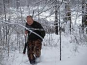 Jakutischer Jaeger am fruehen Morgen in der sibirischen Taiga - ungefaehr 150 Kilometer entfernt von der sibirischen Stadt Jakutsk. Jakutsk hat 236.000 Einwohner (2005) und ist Hauptstadt der Teilrepublik Sacha (auch Jakutien genannt) im Foederationskreis Russisch-Fernost und liegt am Fluss Lena. Jakutsk ist im Winter eine der kaeltesten Grossstaedte weltweit mit bis zu durchschnittlichen Wintertemperaturen von -40.9 Grad Celsius.<br /> <br /> Yakutian hunter during an early morning hunt in the Siberian Taiga about 150 km from the city of Yakutsk. Yakutsk is a city in the Russian Far East, located about 4 degrees (450 km) below the Arctic Circle. It is the capital of the Sakha (Yakutia) Republic (formerly the Yakut Autonomous Soviet Socialist Republic), Russia and a major port on the Lena River. Yakutsk is one of the coldest cities on earth, with winter temperatures averaging -40.9 degrees Celsius.