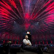 Cult-ikoon en Youtube vlogger Casey Neistat kijkt naar zijn eigen presentatie tijdens de Next Web event in de Westergasfabriek, Amsterdam.