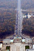 07 NOV 2002, BERLIN/GERMANY:<br /> Luftaufnahme des Demonstrationszuges, Demonstration gegen die Kuerzung der Eigenheimzulage, Strasse des 17. Juni und Brandenburger Tor<br /> IMAGE: 20021107-01-087<br /> KEYWORDS: Demo, Bau, Baugewerbe, Kürzung, Demostrant, demonstrator, Subventionen