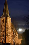 Nederland, Persingen, 19-2-2019De grootste supersneeuwmaan van het jaar. Om 16.53 uur is het boven Nederland volle maan. Ruim drie uur later staat de maan het dichtste bij de aarde. Iets na 20.00 uur is het middelpunt van de maan 356.762 kilometer van ons vandaan, de kortste afstand van dit jaar.  Gemiddeld staat de maan op zo'n 384.000 kilometer van de aarde.Foto: Flip Franssen