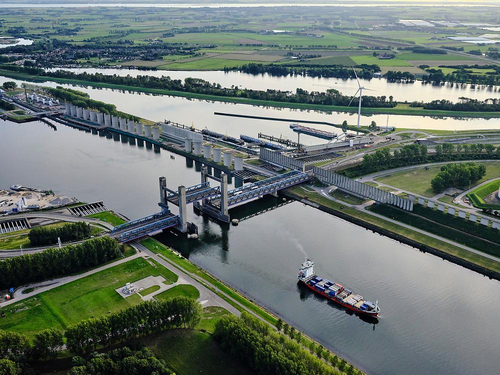 Nederland, Zuid-Holland, Rotterdam, 14-09-2019; Rozenburg, Calandbrug Botlek hefbrugover hetCalandkanaal. Brittanniëhaven.<br /> Rozenburg, Caland Bridge Botlek lift bridge over the Caland Canal. Britain harbor.<br /> <br /> luchtfoto (toeslag op standard tarieven);<br /> aerial photo (additional fee required);<br /> copyright foto/photo Siebe Swart