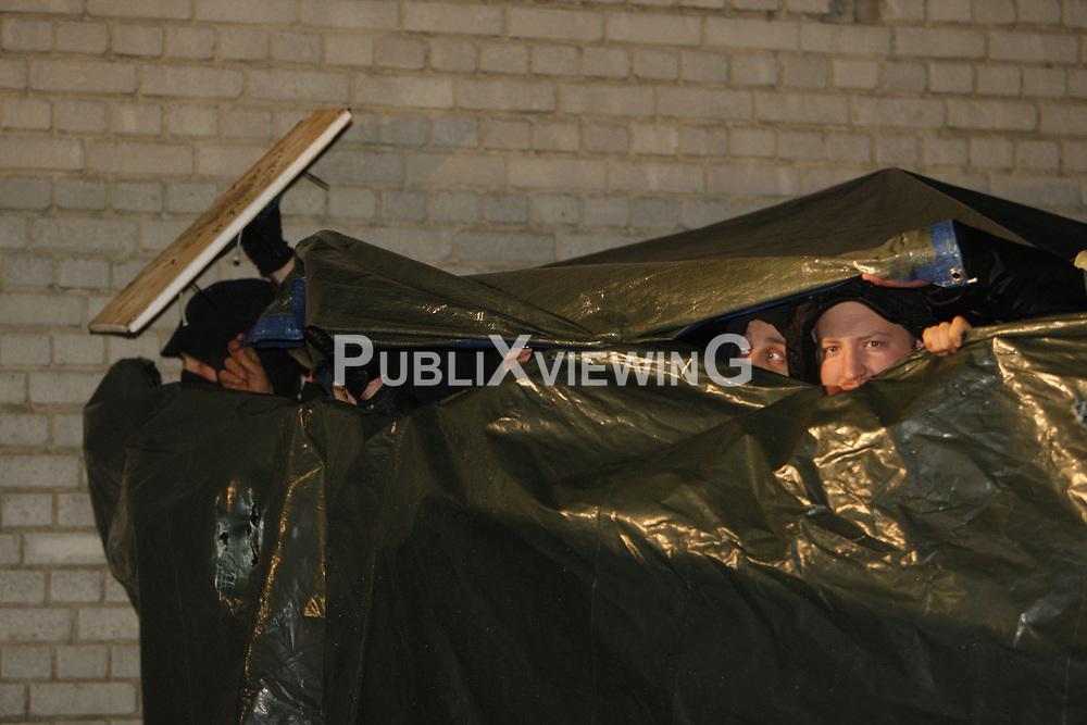 Die Polizei rückt kurz vor Mitternacht mit Wasserwerfern und Räumfahrzeugen gegen das Camp in Metzingen vor. <br /> <br /> Ort: Metzingen<br /> Copyright: Andreas Conradt<br /> Quelle: PubliXviewinG