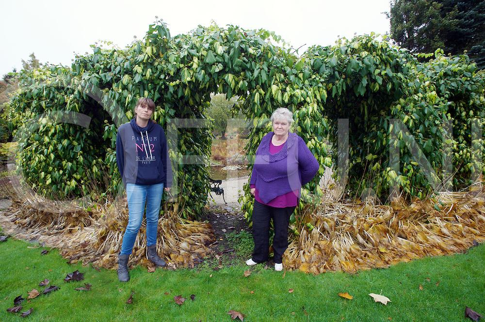 LOOZEN - Vijvertuinen failliet.<br /> Foto: Ada (r)  en dochter Nathalie bij het huwleijks poortje in de doorkijk heg.<br /> FFU PRESS AGENCY COPYRIGHT FRANK UIJLENBROEK