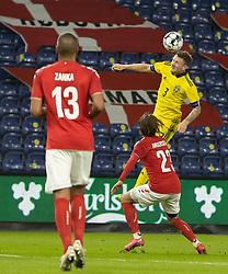 Mattias Johansson (Sverige) når højest under venskabskampen mellem Danmark og Sverige den 11. november 2020 på Brøndby Stadion (Foto: Claus Birch).