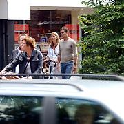 Jeroen van der Boom en partner Dany de Wit winkelend in Laren