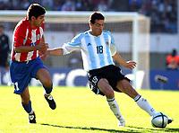 Fotball<br /> Kvalifisering til VM-sluttspillet i 2006<br /> Argentina v Paraguay 0-0<br /> 6. juni 2004<br /> Buenos Aires - Argentina<br /> Foto: Digitalsport<br /> NORWAY ONLY<br /> DENIS CANIZA (PAR.), CRISTIAN GONZALEZ (ARG.)