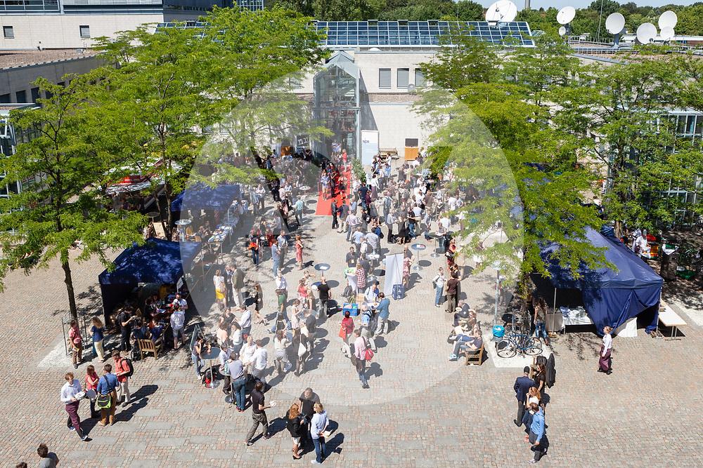 DEUTSCHLAND - HAMBURG - Mittagspause bei der netzwerk recherche e.V. Jahreskonferenz 2014 beim NDR - 04. August 2014 © Raphael Hünerfauth - https://www.huenerfauth.ch