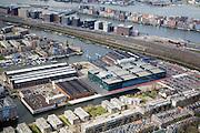 Nederland, Amsterdam, Oostenburgereiland, 16-04-2008; bedrijfsverzamelgebouw INIT aan de Jacob Bontiusplaats en rechts de  Isaac Titsinghkade (Oostenburgervaart), huisvest onder andere de redacties van de dagbladen Trouw, Het Parool, de DAG en de Amsterdamse redactie van NRC-Handelsblad; onder in het gebouw de garage van de stadsreiniging van het Stadsdeel Centrum; voorheen terrein van Stork, Werkspoor; bovendeel van de foto de sporen van en naar het Centraal Station (Stads Rietlanden) en de Oostelijke Handelskade;  geheel boven in beeld het Java eiland (IJhaven Javakade); onder in beeld Czaar Peterstraat; pers, krant, krantenredacties bij elkaar, fleetstreet, perscombinatie, PCM, kantoorgebouw, kantoren, projectontwikkeling, projectontwikkelaar, bedrijfsruimte; business complex INIT (Estern part of it centre); officee building houses .among other things the editorial offices of the newspaper Trouw, Het Parool, NRC-Handelsblad; formerly industrial site shipyard, city development and urban renewal...  .luchtfoto (toeslag); aerial photo (additional fee required); .foto Siebe Swart / photo Siebe Swart