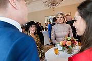 Staatsbezoek van Koning Willem Alexander en Koningin Máxima aan het Verenigd Koninkrijk<br /> <br /> Statevisit of King Willem Alexander and Queen Maxima to the United Kingdom<br /> <br /> Op de foto / On the photo:  Themagesprekken met Nederlandse inwoners Verenigd Koninkrijk voorafgaand aan het staatsbezoek in de  Residentie van de ambassadeur<br /> <br /> Theme talks with Dutch residents of the United Kingdom prior to the state visit to the Ambassador's residence