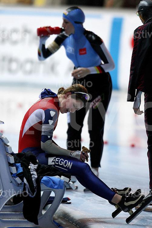 Erfurt , 170207 , Eisschnelllauf Weltcup , 1500m Frauen  Ireen WUEST (NED) sitzt neben Anni FRIESINGER (GER)