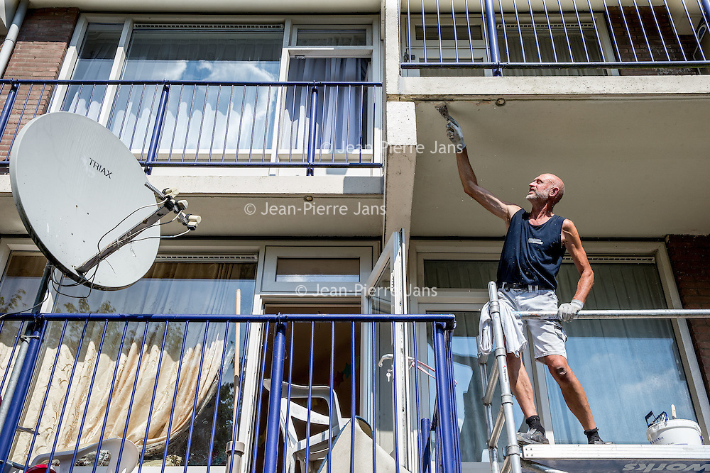 Nederland, Amsterdam, 30 augustus 2016.<br /> Dak en gevelwerkzaamheden bij panden in de straten Warnsborn en Spelderholt in Amsterdam Noord.<br /> <br /> Foto: Jean-Pierre Jans