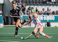 AMSTELVEEN -  Trijntje Beljaars (OR)  met Floor de Haan (Amsterdam)  tijdens de hockey hoofdklasse competitiewedstrijd  dames, Amsterdam-Oranje Rood (2-1).  COPYRIGHT KOEN SUYK