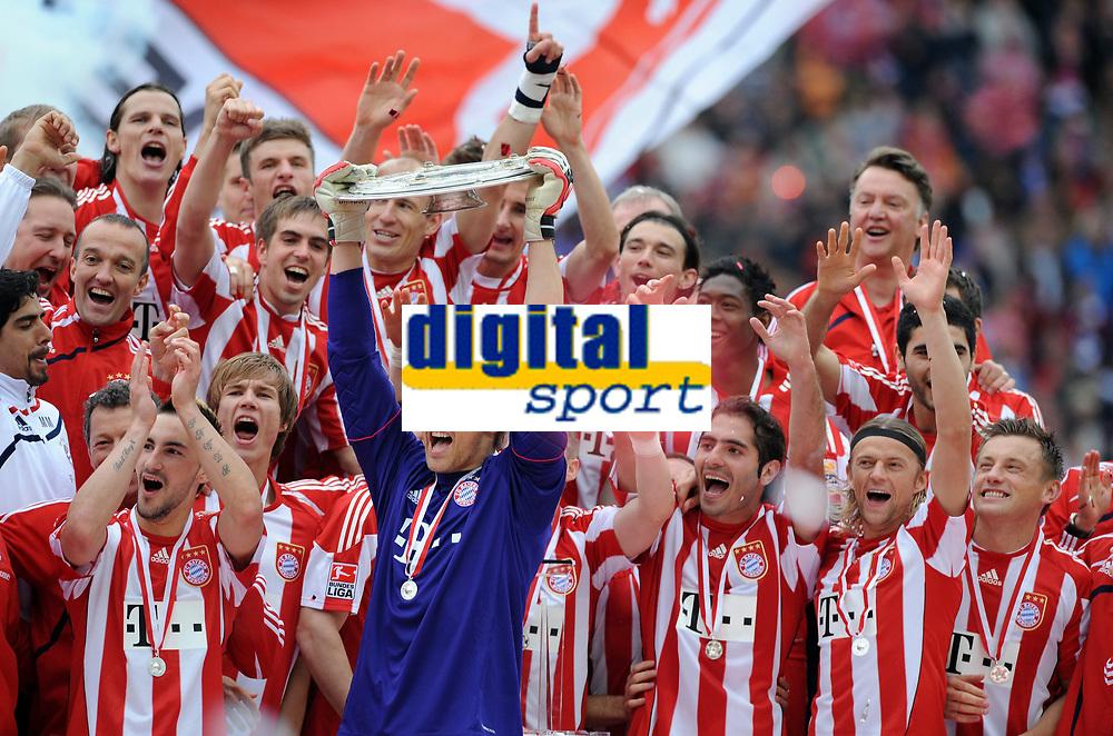 Fotball<br /> Tyskland<br /> 08.05.2010<br /> Foto: Witters/Digitalsport<br /> NORWAY ONLY<br /> <br /> Jubel Team Bayern, Torwart Hans-Joerg Butt mit Schale<br /> <br /> Bundesliga FC Bayern München, Deutscher Fussballmeister 2010