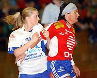 Håndball kvinner Gildeserien 1. semifinale Trondheim 28.04.2004, Byåsen - Nordstrand 21-27, Randi Gustad, Nordstrand, blir holdt i sjakk av Trine Haltvik, Byåsen<br /><br />Foto: Carl-Erik Eriksson, Digitalsport