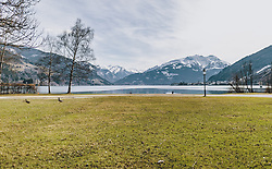 20.03.2020, Zell am See, AUT, tägliches Leben mit dem Coronavirus, im Bild der leere Park am Nordufer des Zeller Sees. Nur zwei Enten watscheln über die Wiese. Für ganz Österreich wurde eine Ausgangsbeschränkung der Bundesregierung ausgesprochen // the empty park on the north shore of the Zeller See. Only two ducks waddle across the meadow. The Austrian government is pursuing aggressive measures in an effort to slow the ongoing spread of the coronavirus, Zell am See, Austria on 2020/03/20. EXPA Pictures © 2020, PhotoCredit: EXPA/ Stefanie Oberhauser