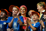 Zijne Majesteit Koning Willem-Alexander en Hare Majesteit Koningin Máxima bezoeken de provincie Overijssel.Koning en Koningin nemen plaats in de tent en zingen met het kinderkoor, dat meteen de start is van dew viering 750 jaar stadrechten Goor<br /> <br /> His Majesty King Willem-Alexander and Máxima Her Majesty Queen visits the province of Overijssel. King and Queen sit in the tent and sing with the children's choir, which marks the start of dew celebration 750 years city rights Goor