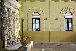 Finestre di un bar che si affacciano sulla fontana greca, Gallipoli (LE)