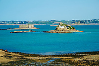 France, Finistère (29), Baie de Morlaix, île Louet et son phare et le Château du Taureau construit par Vauban au XVIIe siècle // France, Briitany, Finistere, light house on Louet island and Taureau castle