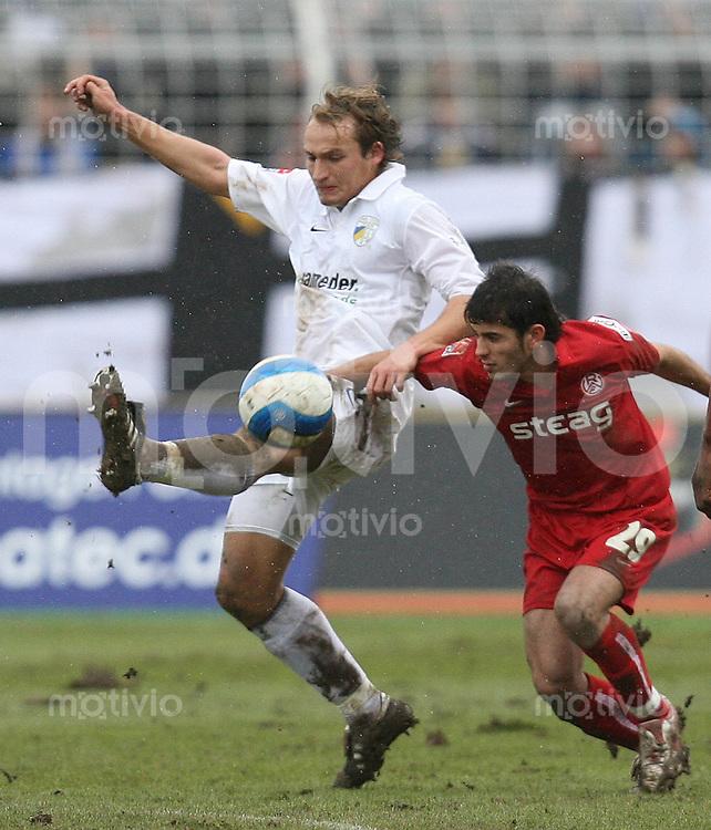 Jena , 110207 , Saison 2006/2007 ; Fussball 2.Bundesliga FC Carl Zeiss Jena - Rot Weiss Essen  Ton WACHSMUTH (Jena) gegen Serkan CALIK (Essen)