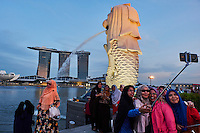 Singapour, Marina Bay, le quartier financier, parc Merlion, statue du Merlion, embleme de la ville //Singapore, Marina Bay, city center, financial district with its skylines, Merlion parc, emblem of the city