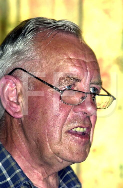 fotografie frank uijlenbroek©2001 michiel van de velde.010626 marienheem ned.piet huysman kreeg een onderscheiding wegens het afscheid  .bij de vovg als voorzitter op de foto dhr huysman tijdens zijn opening van de vergadering