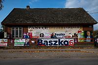 Michalowo, woj podlaskie, 11.10.2019. N/z plakaty wyborcze na drewnianym domu fot Michal Kosc / AGENCJA WSCHOD